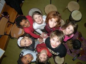 Kinder beim Trommeln (Trommelkurse)